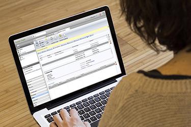 Sozialarbeiter mit CareSD Software auf dem Laptop
