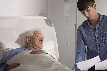 Der Sozialarbeiter erklärt einem Patienten was er braucht.
